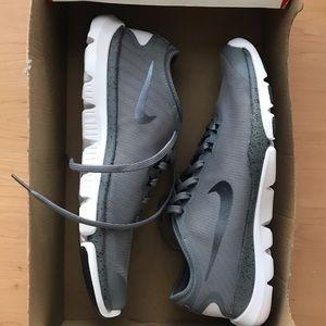 nike sneakers never worn w box!